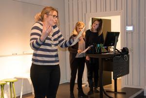 Frida Lindberg, Maja Tundal och Linda Idenfors har upptäckt att teaterövningarna också kan hjälpa mot scenskräck.