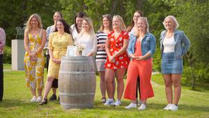 Under onsdagens program får Pelle träffa de tio tjejer han valt ut bland sina brevsökare för första gången. Matilda från Falun är tredje tjejen från höger. Om hon går vidare får tittarna se på TV på onsdag.