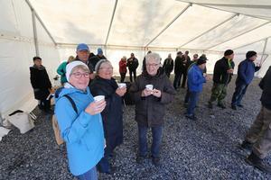 Ebba Bang, Mia Jansson och Margareta Gustafsson laddar med kaffe innan de ska gå in i tornet.- Vindkraft är ett av de bättre alternativen och det gör inte så mycket att de är i skogen, säger Mia Jansson.