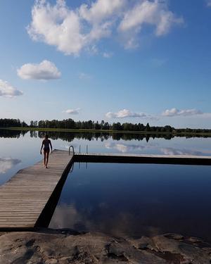 En vacker badkväll vid Hällsjön i Möklinta. Otroligt tyst och sjön så spegelblank. Denna kväll blev en av semesterns finaste minnen. Foto: Monica Åkerblom