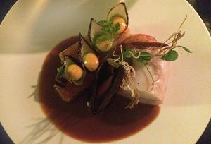 Gös, mussla och lökskålar fyllda med saffransaioli är ögongodis. Fisken är perfekt tempererad.