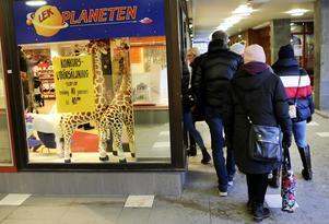 Folk hängde på låset när Lekplaneten i Östersund öppnade för konkursutförsäljning under fredagen och affären blev snabbt fylld.