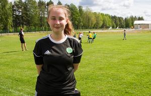 Liv Hedberg Norin från F15-laget var ledare i fotbollsskolan redan i fjol. I år ställer hon upp igen.