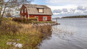 Havet runt hörnet är en rejäl underdrift när det kommer till det pittoreska huset på Fogdö. Här bor man med havet under golvet. Foto: Ulf Gustavsson / Kjell Johanssons fastighetsbyrå