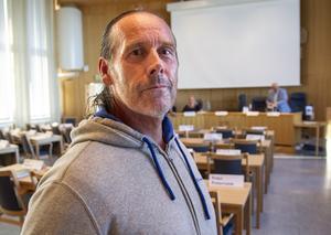 Kent Hedberg (-) är upprörd över att politikerna får höjda arvoden samtidigt som kommunen dras med stora underskott.
