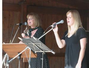 Skönsång. Anna Dalfors, längst fram, och Christina Warg sjöng vackert vid Gammelgården. Foto:Maja Berg
