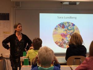 Årets Ottilia Adelborg-pristagare Sara Lundberg på besök hos läsare i Djuråsskolan.