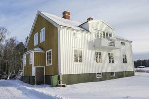 Till sommaren blir hela prästgården lika vit som den var en bit in på 1960-talet. Och fungerar allt som tänkt så kan familjen Halvarsson sitta ute på en altan med dörr in sommaren 2017.