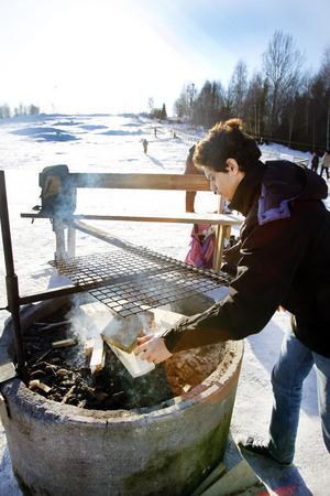 Karrar Altaee tände grillen starx före elva på förmiddagen. Korv och korvbröd kan man givetvis köpa i den lilla kiosken.