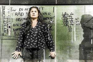 Emma Broomé på Elverkets scen i rollen som Jackie i Sara Stridsbergs pjäs Beckomberga. Foto: Roger Stenberg