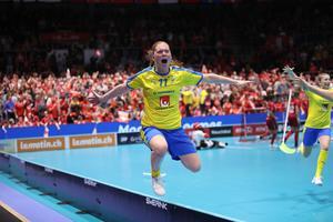 Johanna Hultgren firar guldmålet i VM-finalen mot Schweiz. Men det minns hon inte särskilt mycket av. Foto: Per Wiklund/Innebandyförbundet