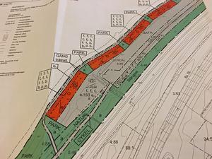 Detaljplan nr 2 för Sjöstaden. Det orangea området visar stugområdet som säljs till föreningen. Mellan riksvägen/järnvägen och stugorna ska bland annat bilväg, parkeringar, förråd, GC-väg och naturstråk rymmas.