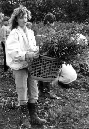 En klass sysslade med odling. Jenny Jönsson på bilden med en hel korg blommor.