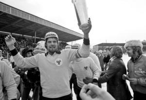 Leif Wasberg med SM-bucklan efter finalsegern mot Falun 1976.  Tolv år efter den senaste SM-titeln – med degradering däremellan –  fick han på nytt uppleva triumfens ögonblick.