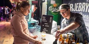 Tomas Busch från Härjebrygg i Tännäs berättar om sina ölsorter för Hanna Lindqvist från Skara.