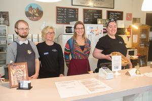 Pontus Börjesson, Marita Gullberg, Nilla Helgesson och Ellinor Cedersten Wickman i kaféet som måste läggas ner.