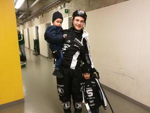 Edlund med sönerna. Familjen trivs bra i Sandviken, en av anledningarna till att skyttekungen skrev på för två nya år.