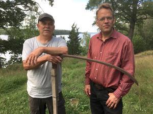 Anders Svensson och Peter Thorén från Värnamo Naturskyddsförening vill slå ett slag för lieslåtter.
