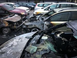 Under natten brann sammanlagt sex bilar på en parkering på Råby.