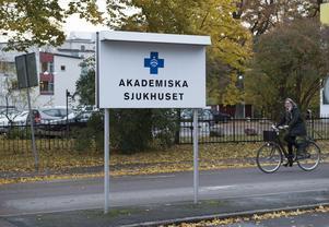 Vi håller på att få en B-sjukvård på grund av alla nedskärningar på våra sjukhus. Nu senast Akademiska Sjukhuset i Uppsala, som ska spara 408 miljoner kronor genom personalnedskärningar, skriver Leif Nyström.