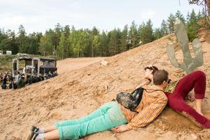 Louvisa Grandin och Kim Hedén tar det lugnt vid kaktusen.