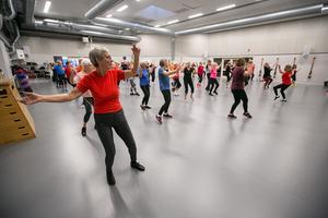 Under hösten har det varit välfyllt  i motionssalen när Helena lett sin danspass. Som flest har omkring 70 personer deltagit.