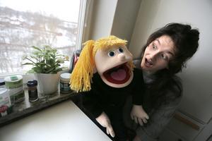 Stephanie och Cecilia hemma i köket i studentlägenheten i Falun.