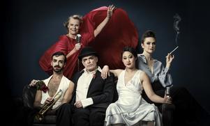 Robert Hannouch, Arja Saijonmaa, Peter Järn, Lisa Hu Yu och Frida Beckman vänder och vrider på romantiken i Riksteaterns turnerande föreställning