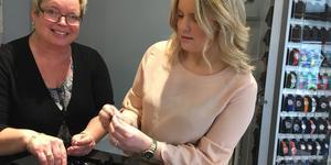 """Mor och dotter Annika Törnberg och Sofia Ebers tog över smyckesbutiken """"Rakel och Lea"""" 2015. Butiken har ett fokus på vigsel och förlovning och säljer både lite mer exklusiva saker och trendiga smycken för de lite yngre."""