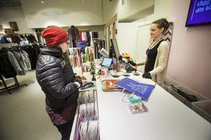 Elisabeth Holm är butiksbiträde på Myrornas second hand-butik i Gävle.