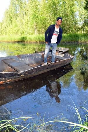 Sami tittar ut över vattnet och oroar sig för att föroreningen i bäcken ska påverka vattenkvaliteten i älven: