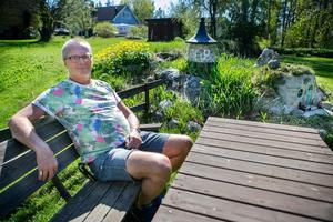 Att slå sig ned i den välskötta trädgården och blicka ut över småhusen är en ren njutning för Anders Regnander.