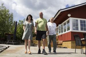 Madeleine Olofsson, Pelle Lydmar och Elias Eliasson utanför Fejan sjökrog. På midsommardagen öppnade krogen i deras regi.