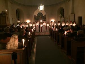 Värings kyrkan var helt fullsatt på Luciakvällen då nitton flickor från bygden bjöd på sitt program.