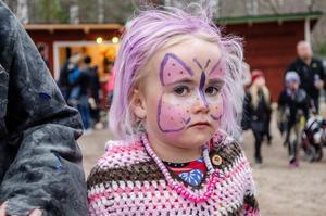 Karin Magnusson, 5 år, i piffigt ljuslila.