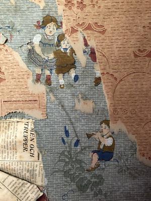 Tapet med barnmotiv från lilla kökskammaren. Alla bilder på tapeterna finns bevarat digitalt och på vinden bland sågspånen, till nästa generation att hitta.