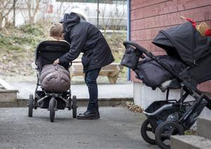 Ett förslag vill tillåta att sänka målsättningen för antalet förskollärare i kommunens förskolor och  tillåta fler barnskötare. Foto: TT