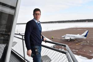 Anders-Mjöberg  är flygplatschef på Mora-Siljan flygplats, där den näst sista ankomsten från Arlanda just landat.