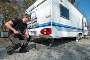 Att säkra husvagnen ordentligt är viktigt, med både stödben och