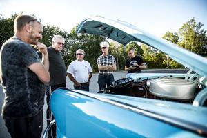 Bilar har en tendens att samla folk och starta många intressanta diskussioner.