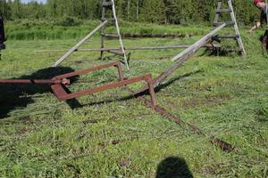 Redskap nummer två - Släprefsan - samlar upp gräset när det ligger på backen.– Två redskap, det är allt som behövs - och lite bra väder så att gräset kan torka, säger kompisen Jimmy Nordqvist.
