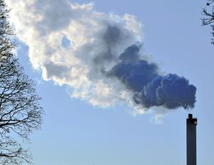 Att sektorer drabbas av att subventioner tas bort måste hanteras, men inte på bekostnad av klimatet, skriver artikelförfattarna.