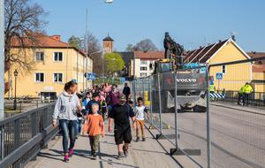 För gång- och cykeltrafik är det inga problem att ta sig över Herrgårdsbron under renoveringen.