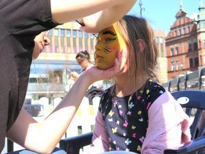 Johanna Sjögren hade fullt upp med att ansiktsmåla alla barn. Här är det Saga Högdal som blir fin.