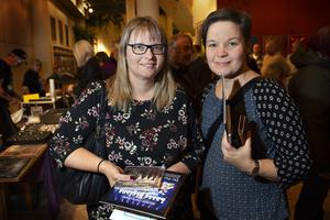 Marie-Louise Jansson och Eva-Britt Ljungdahl från Ytterhogdahl handlade programblad och album.