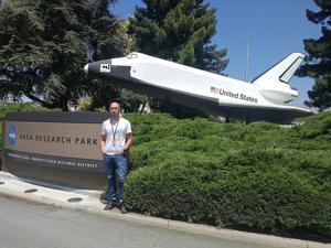 Vid NASA:s forskningscenter ska Irfan Sljivo arbeta med säkerhetskritiska system i bland annat rymdraketer och satelliter. Säkerhetskritiska innebär att om de inte fungerar korrekt så kan de orsaka stor skada på sin omgivning eller innebära stora risker för människors liv.  Bild: Privat