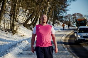 I och med decembermörkret bär Jens Larsson ett extra lager – en reflexväst.