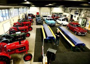 Genom åren har Curt Sillström samlat på sig 45 veteranfordon. Det är allt från bilar, lastbilar, mopeder till traktorer. Här ser vi en liten del av Curts samlingar.