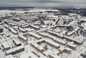 Vy över ett insnöat Gävle. Brotten snöade in i Gävle. Det goda med ovädret blev att kriminaliteten sjönk då även busarna tycks ha stannat inne.Snökaos 1998. Foto: Lars Rosenblom.