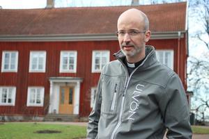 Benjamin Lundqvist är flitig. Han ser till att Viby församling är på väg att bli miljödiplomerad. Han är drivande och hoppas nu på ett positivt beslut om att få EU-pengar för att bland annat kunna få till en gång- och cykelväg runt Vibysjön och göra en mindre rundslinga samt skapa fyra besökspunkter. Det finns även planer på att dra i gång en förskola.